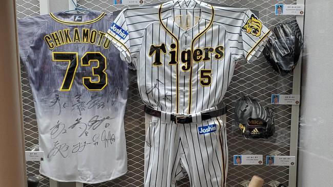 【野球殿堂博物館】 3月28日の野村克也氏追悼試合で、阪神タイガースのチーム全員の着用した、背番号「73」の特別ユニホー...