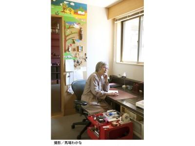 窓から光が差し込むデスクは、アイディアを書き留めたり、手書きで原稿を書き始めるタイミングに向かう。 サイドには文房類をまとめた赤い棚が待機している