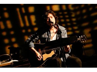 自身のヒット曲を力強く歌い上げ、観客を魅了する斉藤