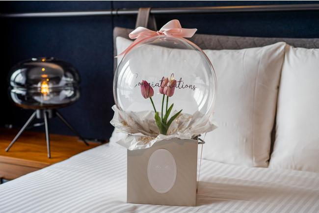 麻布十番のフラワーショップ「ROSE BOX」が手掛けるメッセージ付きバルーンフラワーがついた記念日プランが「THE LIVELY 東京麻布十番」にて新登場。