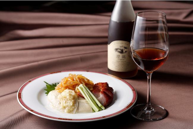 さっぱりとした前菜と楽しむ贅沢な紹興酒~軽やかな口当たりが特徴で斬新なデザインが女性にも人気~