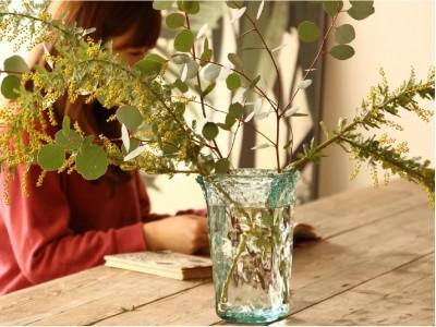 花のある暮らしを実現する「コツ」を備えた、地球に優しいフラワーベース。