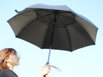 まるでポーターブルシェルター。自分専用の日陰と風を持ち歩き、夏の日差しと暑さから身を守る。