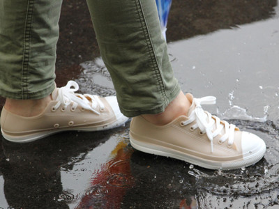 オールウェザー野外活動スニーカー。梅雨でも夏のスコールでも、あなたのやりたいを邪魔させない。