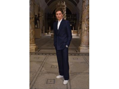 【ディオール】英ロンドンのV&A博物館でエキシビション開催 - エディ・レッドメインなどセレブリティが集合