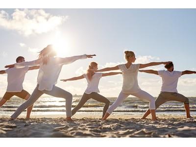 朝の逗子海岸で、海風と波の音に包まれながら行うビーチヨガ『Yoga Trip -Beach session-』を7月28日より開催