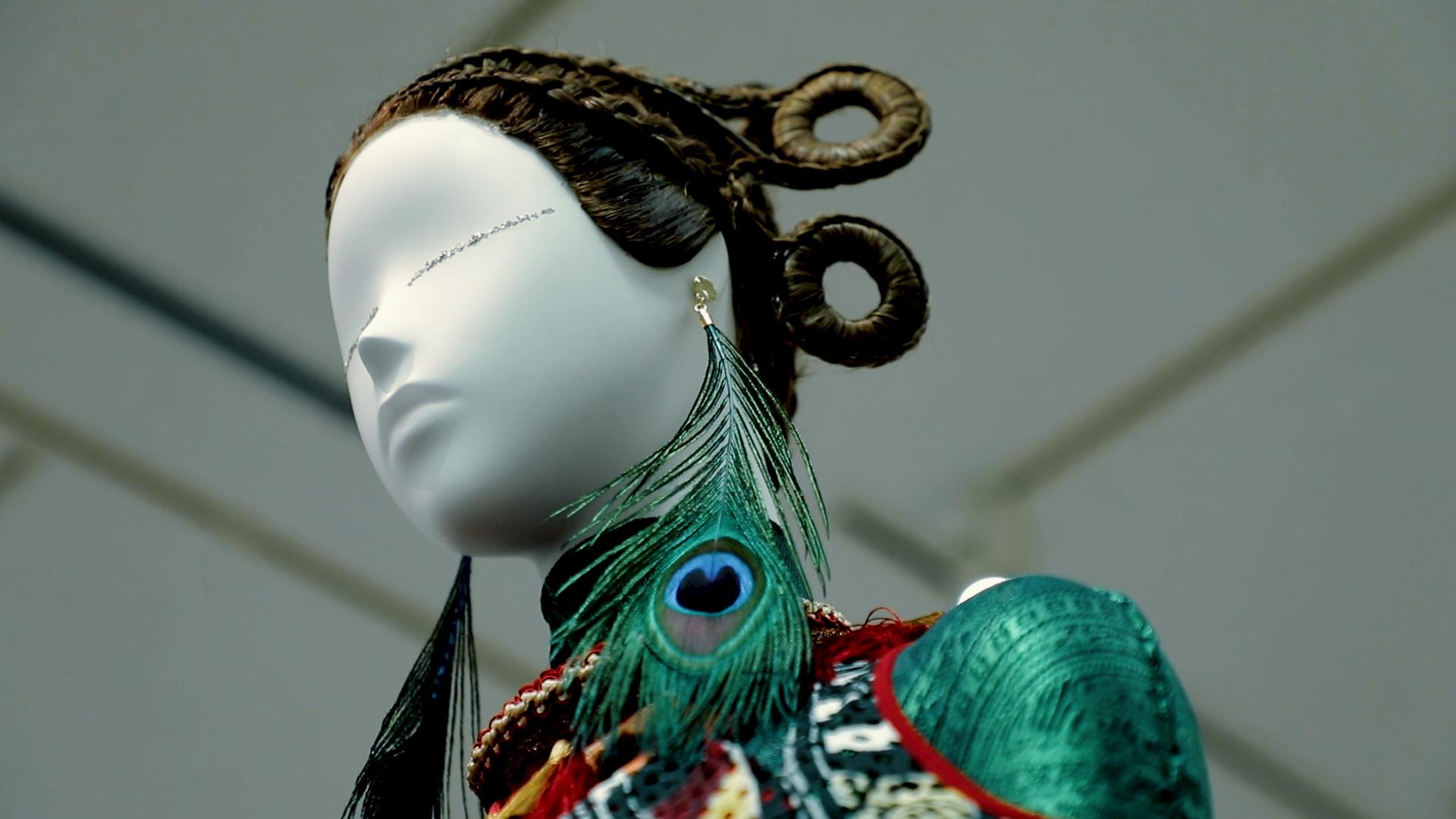 トップヘアメイクアップアーティスト 計良宏文の「越境」する展覧会 ~日本初となる公立美術館での開催~